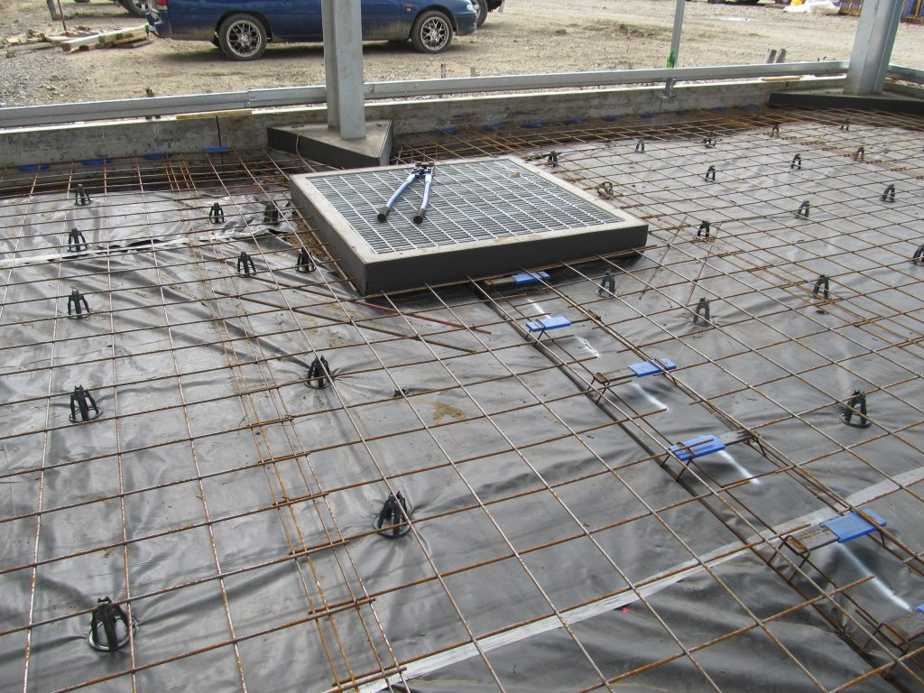 Industrial shed slab with a vapour barrier